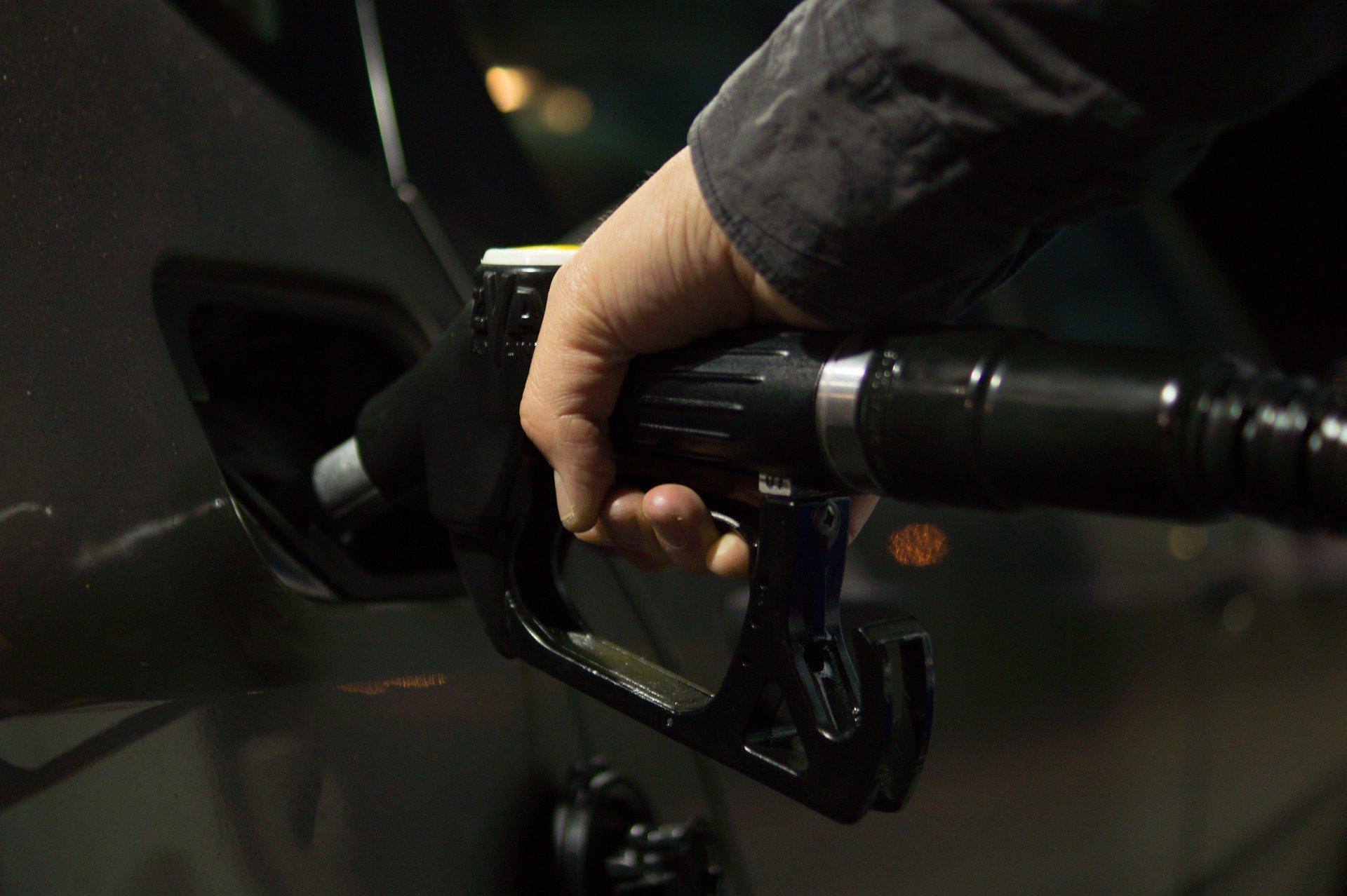 """UOKIK skontrolowała stacje paliw. Na niektórych """"chrzczą"""" paliwo - Zdjęcie główne"""