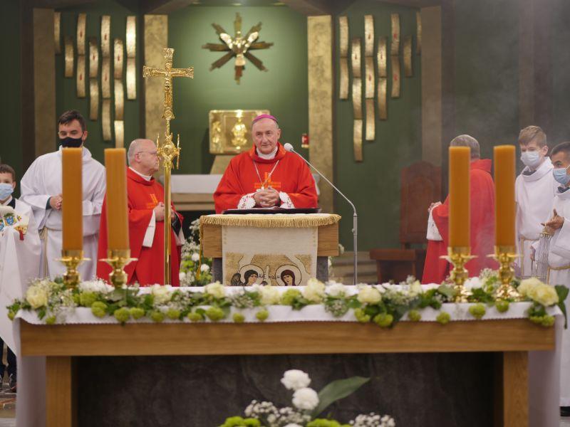 Trwają uroczystości 40-lecia parafii Ducha Świętego w Mielcu. Parafię odwiedził biskup tarnowski - Zdjęcie główne