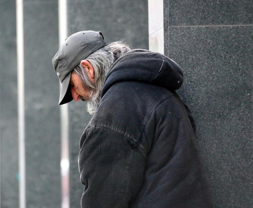 Region. Młodzi mężczyźni pobili bezdomnego. Ukradli mu telefon - Zdjęcie główne