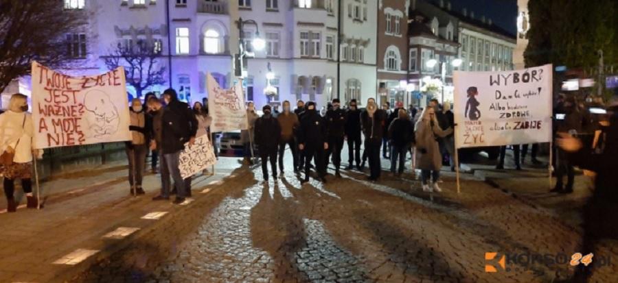 Strajk Kobiet w Rzeszowie. Przepychanki protestujących z narodowcami! [VIDEO] - Zdjęcie główne
