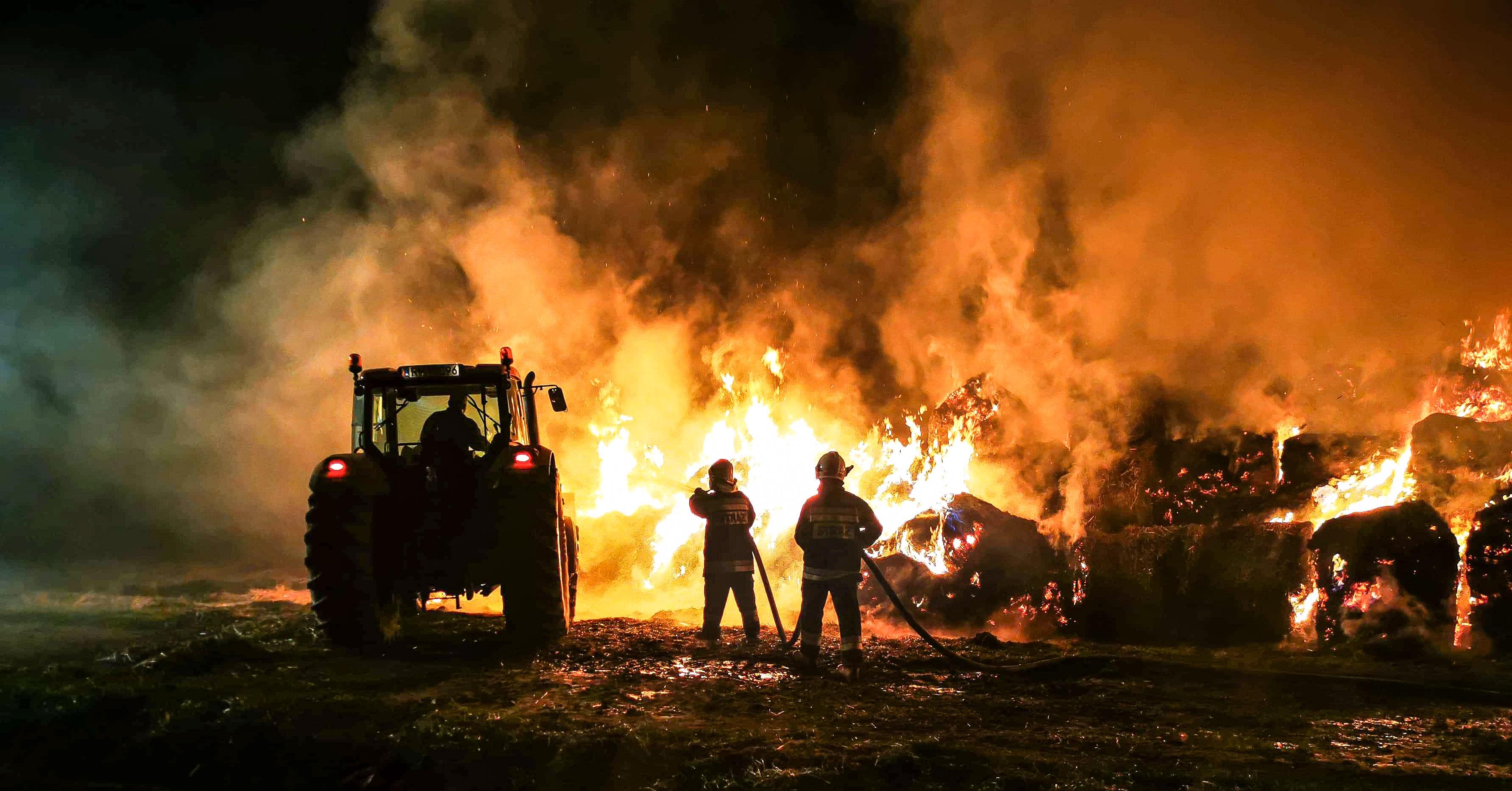 Wielogodzinna akcja gaśnicza. Pożar około 180 bali słomy! - Zdjęcie główne