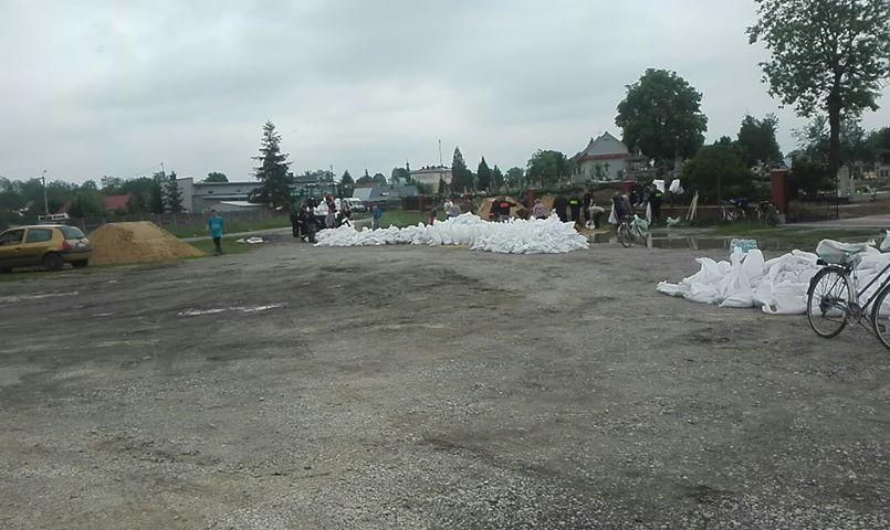 APEL: Potrzeba wolontariuszy do ładowania worków w Borowej - Zdjęcie główne