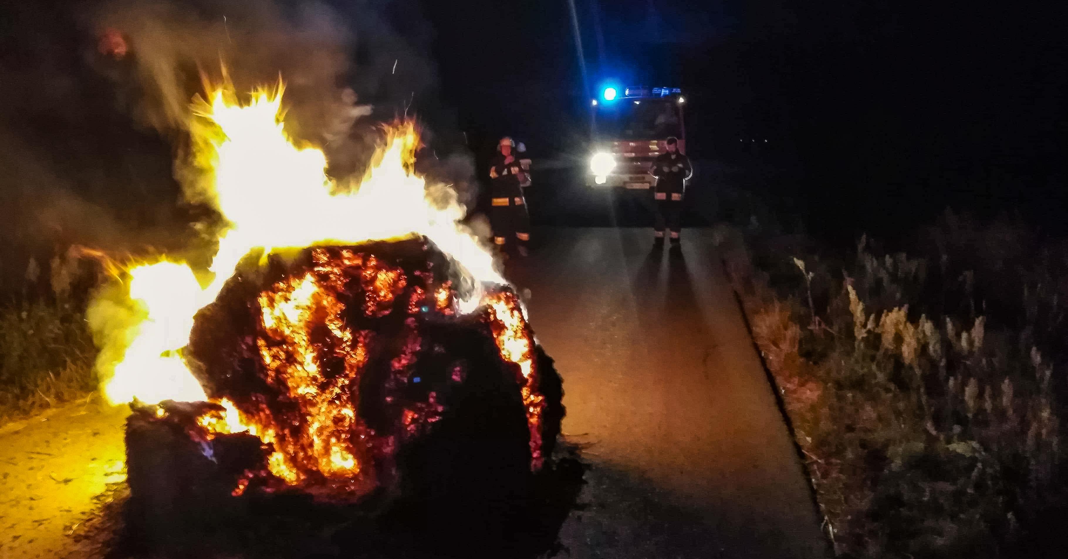 Pożar bala na środku drogi! - Zdjęcie główne