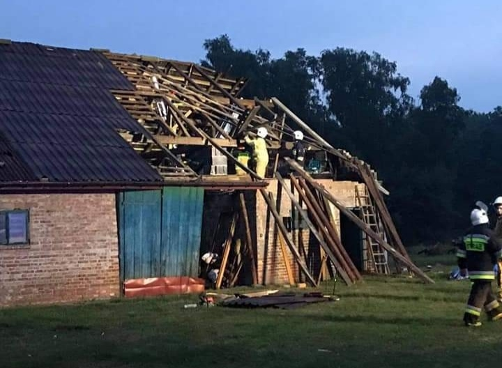 Zerwane dachy i połamane drzewa. Strażacy interweniują  - Zdjęcie główne