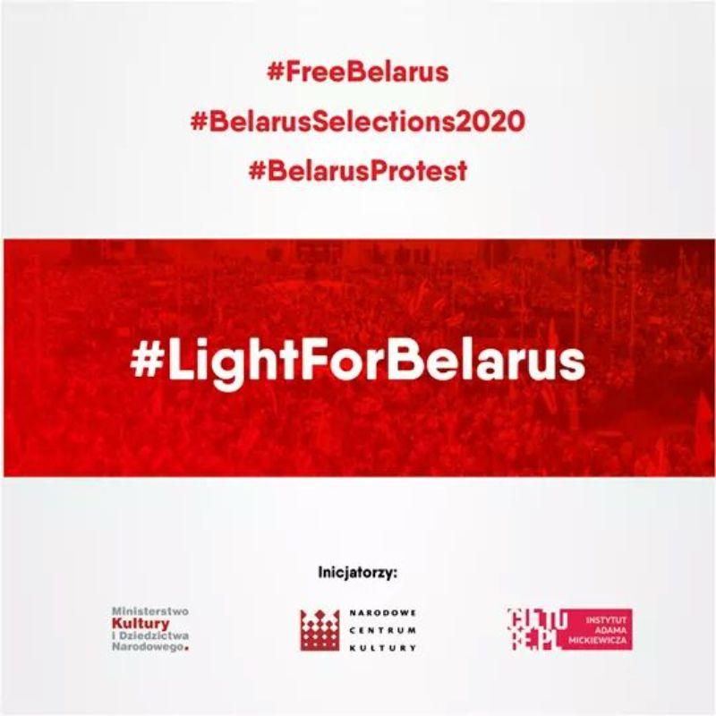 Mielec solidarny z Białorusią. Flaga białoruska na budynku SCK - Zdjęcie główne