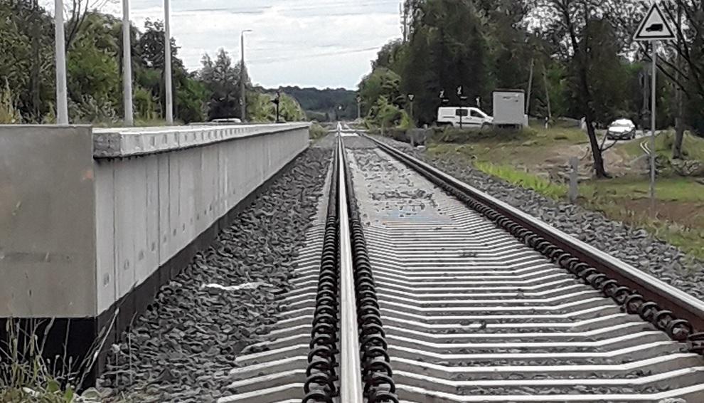 Zapomniano o zbudowaniu dojścia do przystanku. Ludzie  muszą nadrabiać pół kilometra  - Zdjęcie główne
