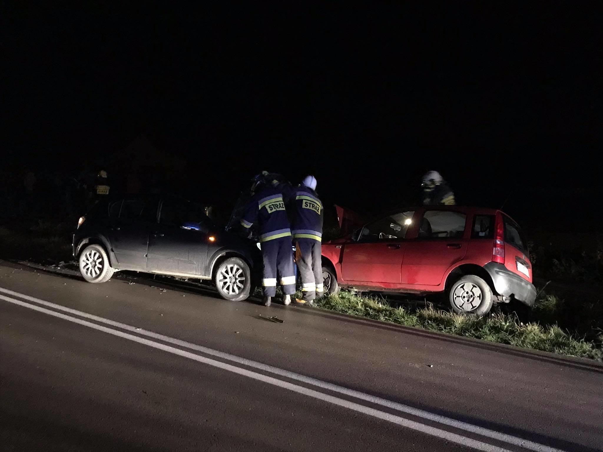 Czołowe zderzenie dwóch aut. Jedna osoba trafiła do szpitala [FOTO] - Zdjęcie główne