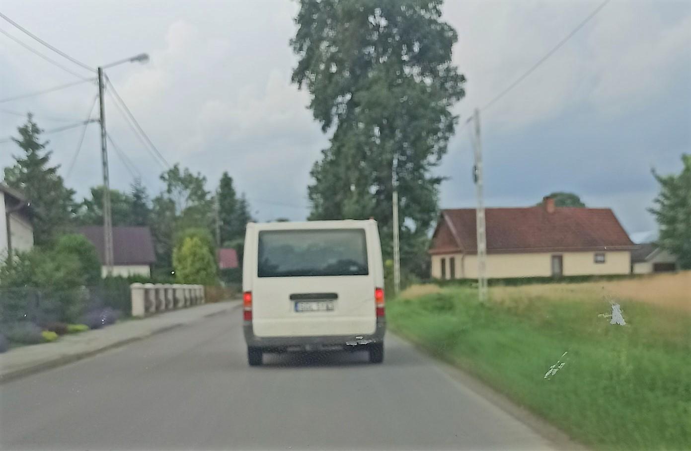 Podejrzany biały bus. Alarm mieszkańców - Zdjęcie główne