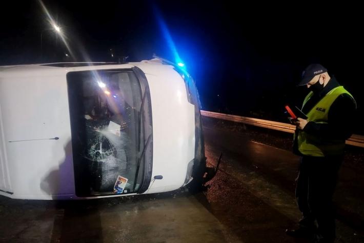 Bus przewrócił się na bok. Mężczyzna ranny - Zdjęcie główne
