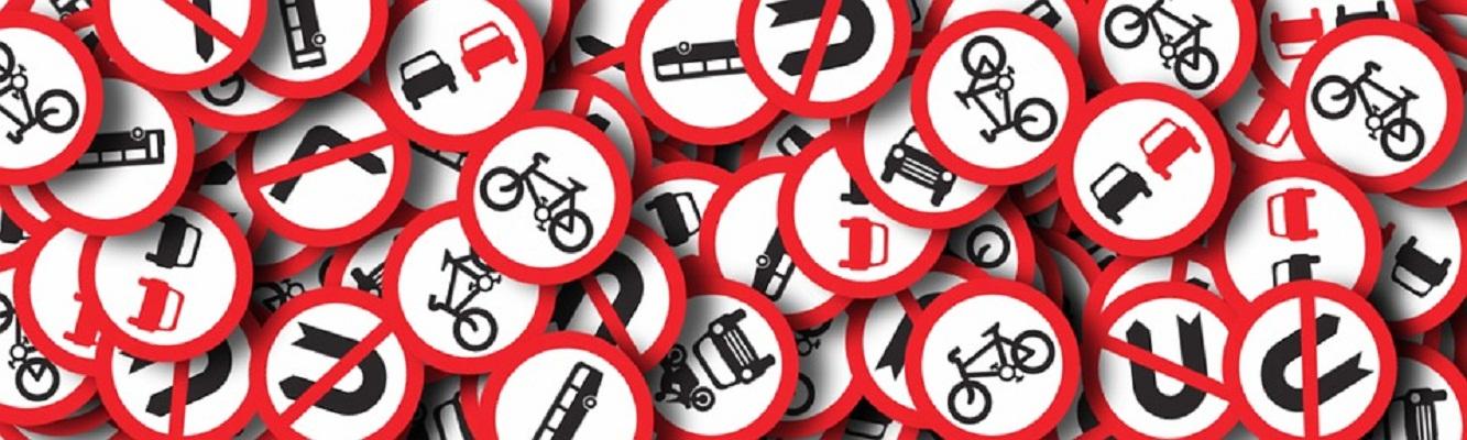 Spacerowali po mieście ze znakami drogowymi pod pachą - Zdjęcie główne