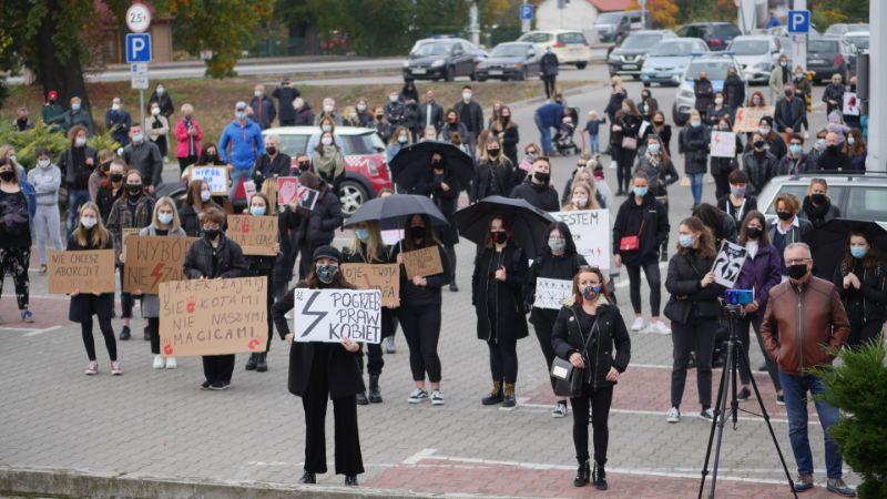 """Czarny protest w Mielcu: """"kobieta to nie inkubator"""" """"Moje ciało"""". Mielczanie i politycy wyrazili sprzeciw zaostrzeniu prawa aborcyjnego  - Zdjęcie główne"""
