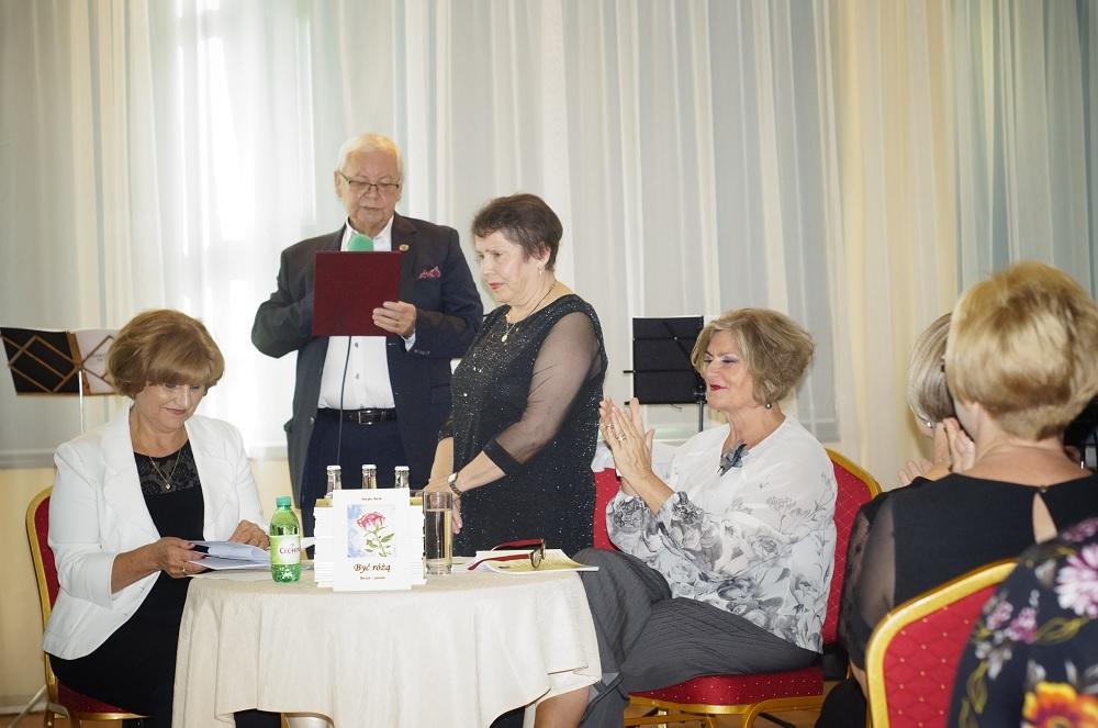 Mielczanka  Henryka Marek  z debiutanckim tomikiem poezji - Zdjęcie główne