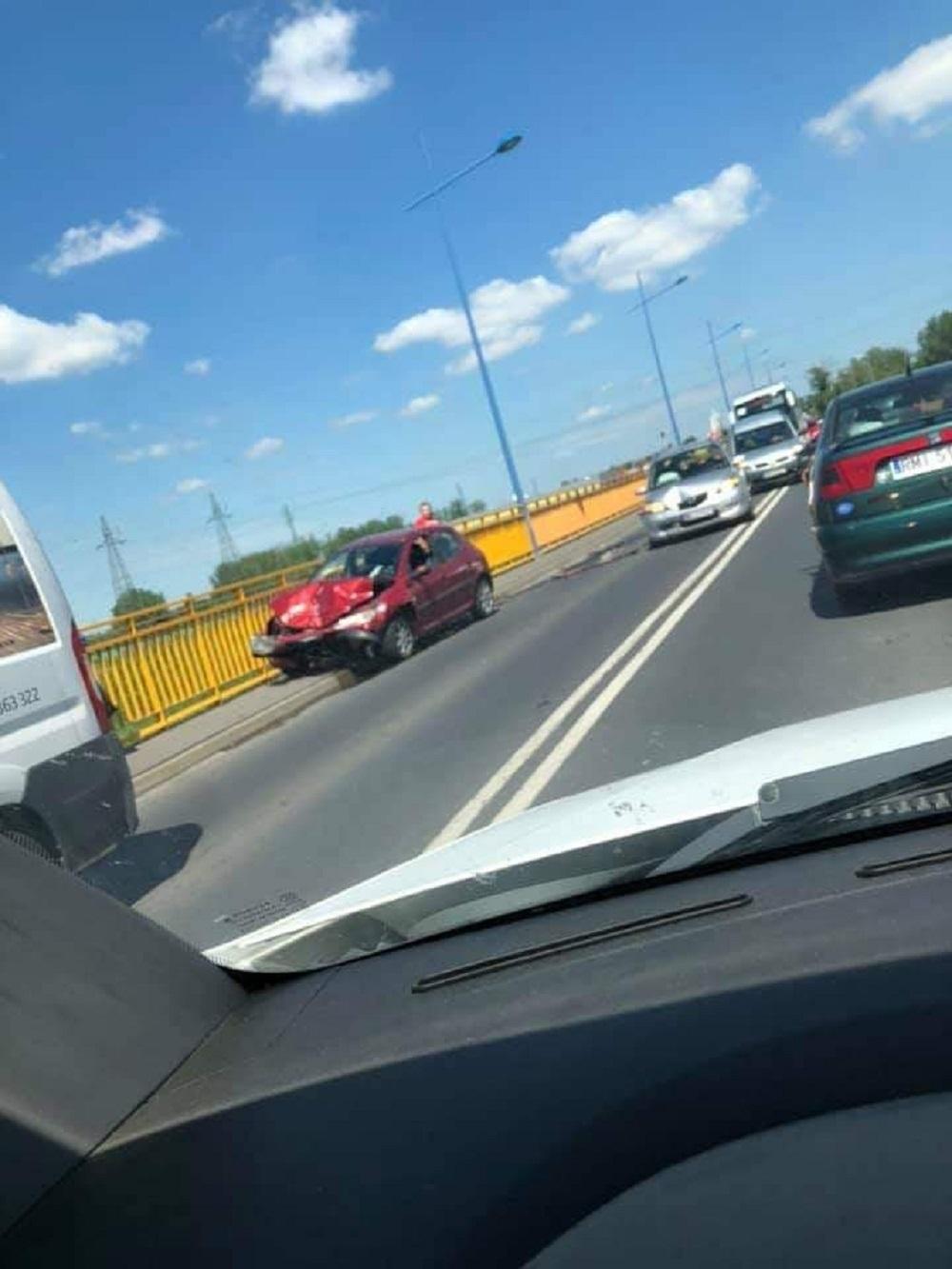 Zderzenie busa i dwóch samochodów osobowych na moście w Woli Mieleckiej - Zdjęcie główne