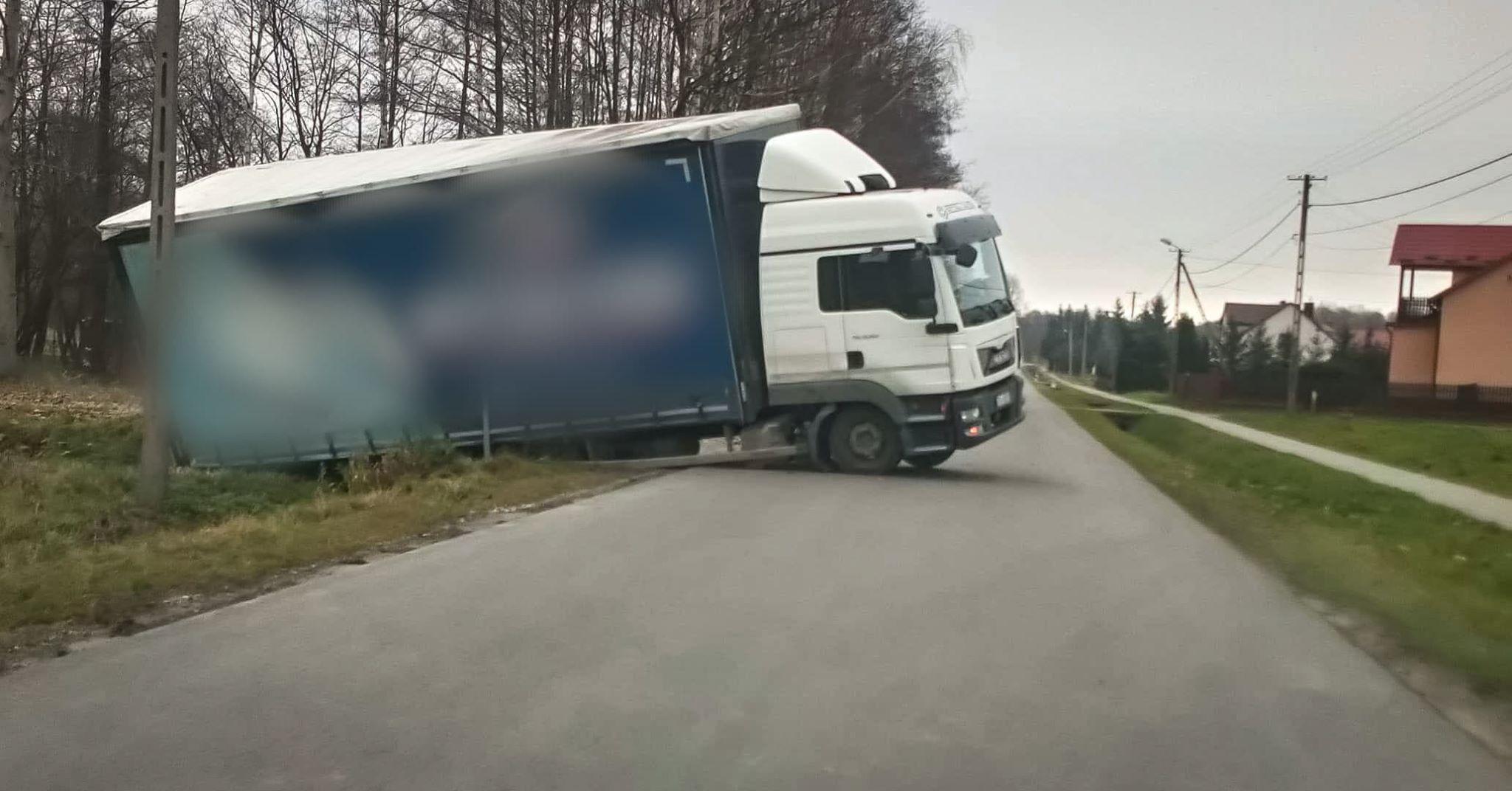 Samochód w rowie, kierowcy brak! - Zdjęcie główne