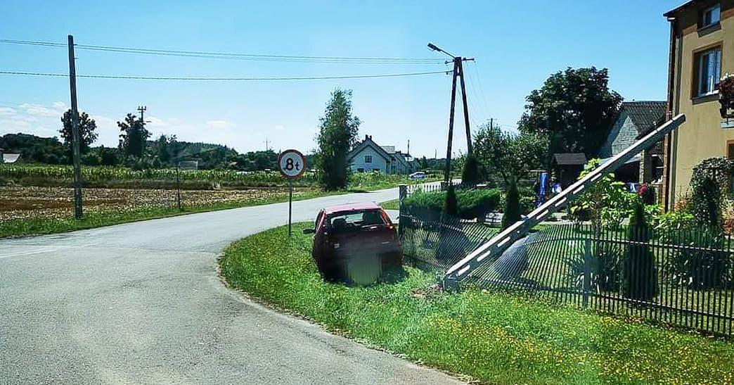 Zderzenie samochodu ciężarowego z osobówką - Zdjęcie główne