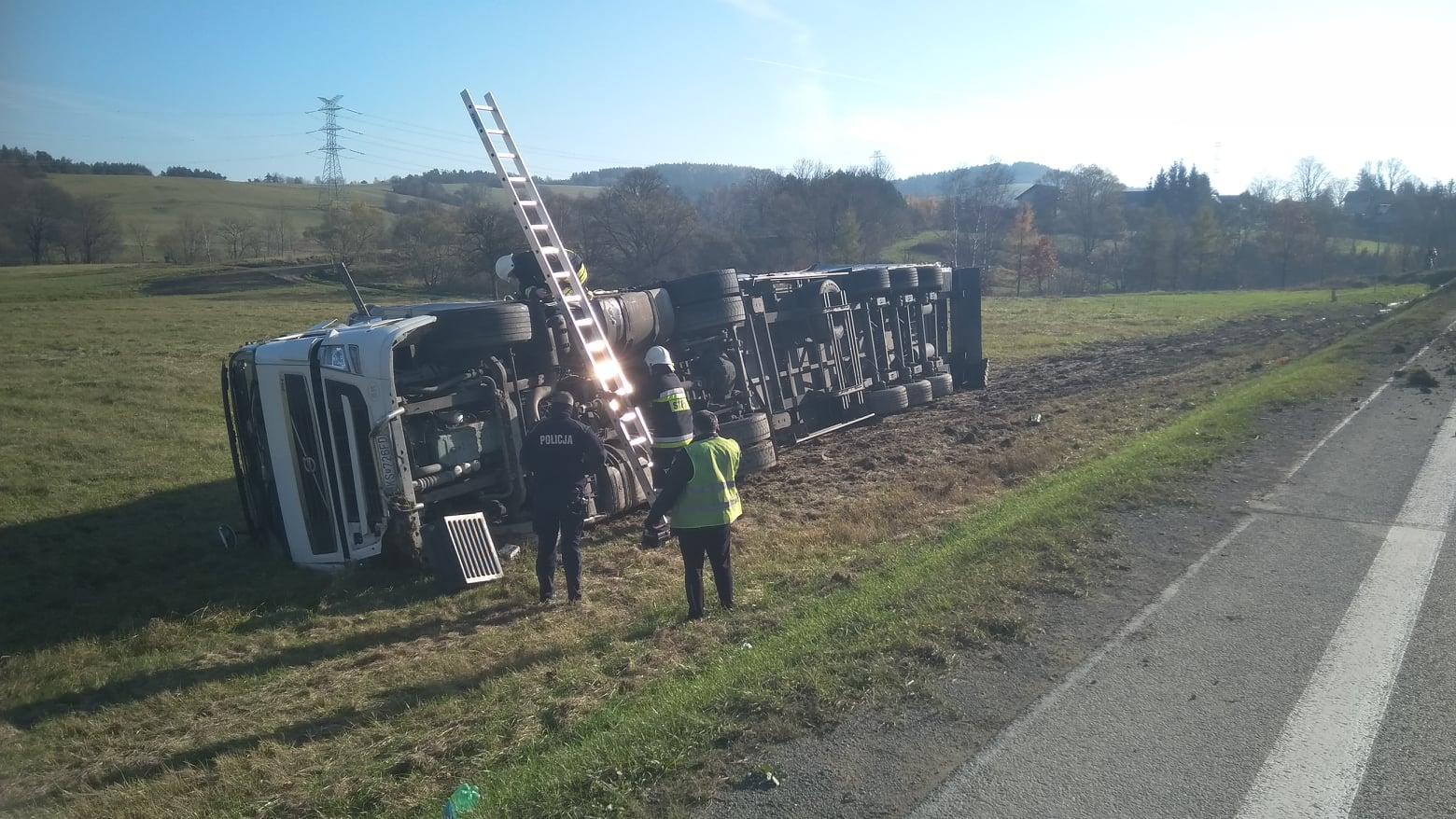 Podkarpacie. Ciężarówka wypadła z jezdni po zderzeniu [FOTO VIDEO] - Zdjęcie główne