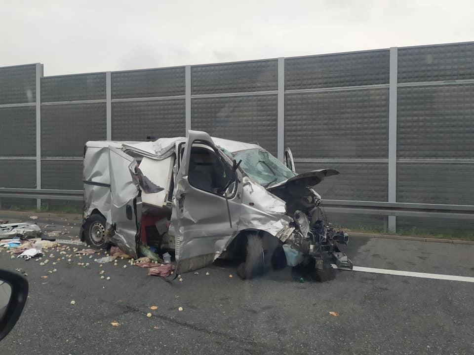 Samochód przeleciał przez bariery! Wypadek z udziałem autokaru z Podkarpacia! - Zdjęcie główne