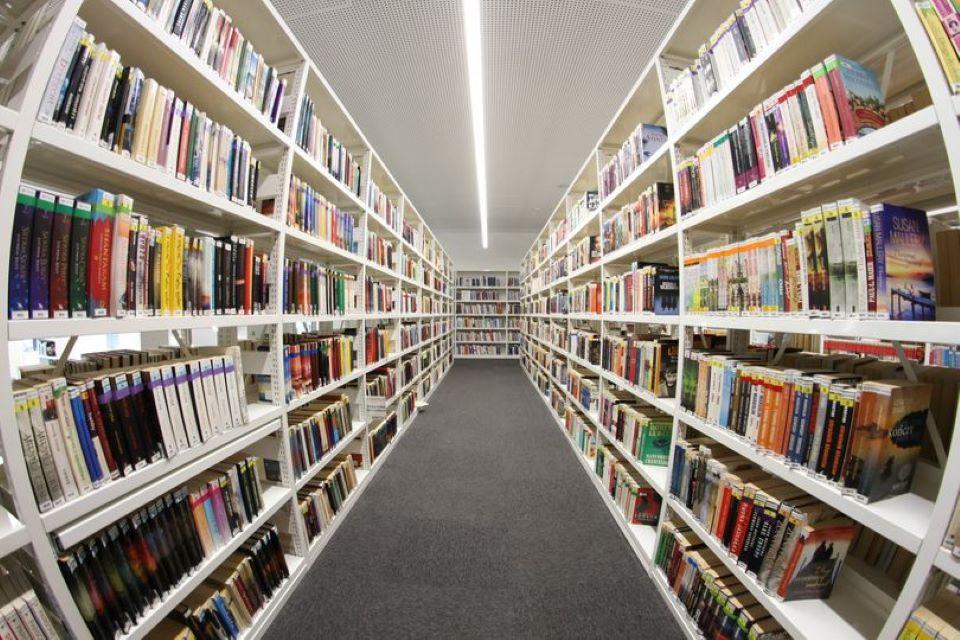 Znów można pójść do biblioteki i samemu wybrać książki z półki - Zdjęcie główne