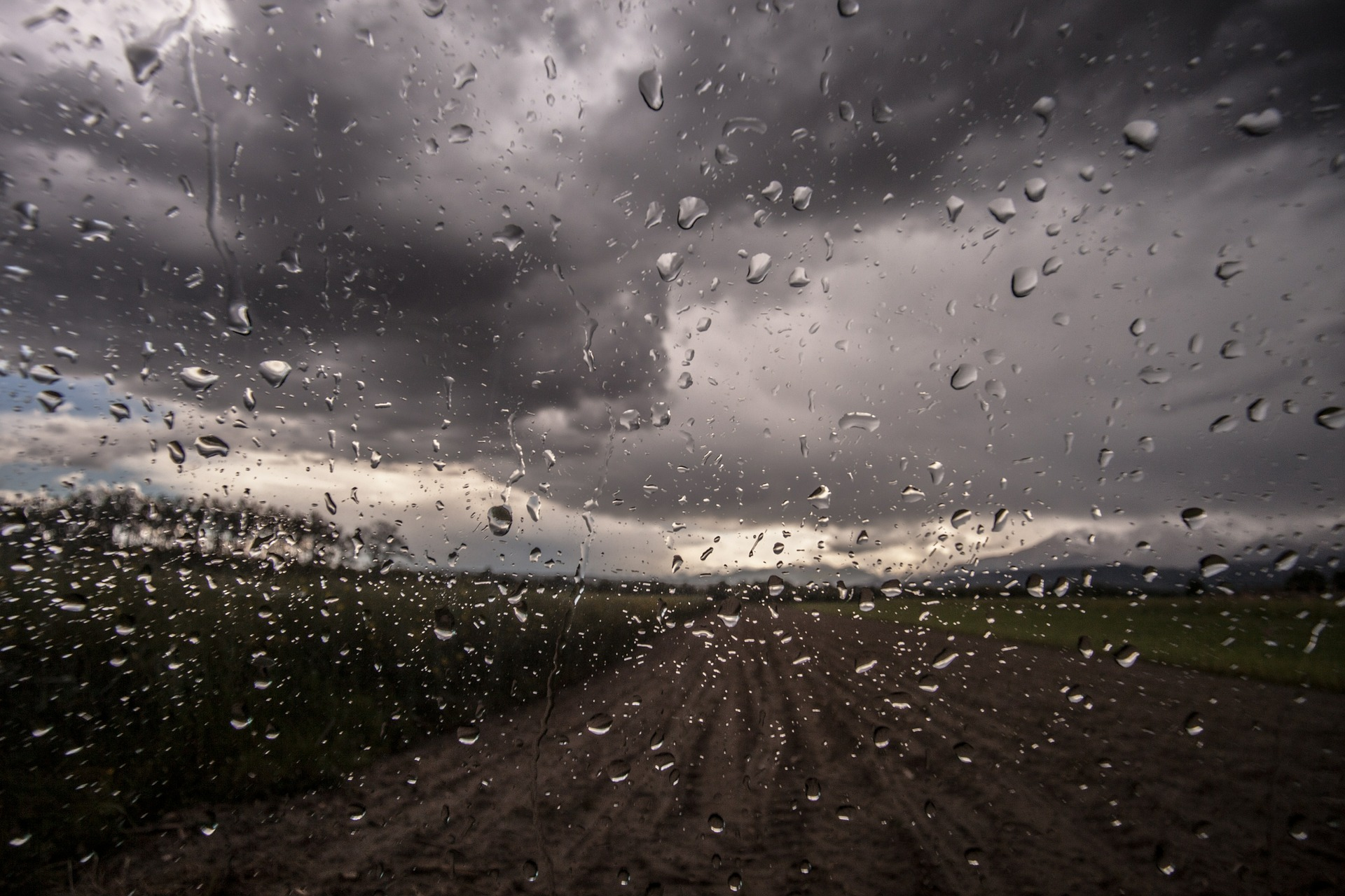 Opłata od deszczu. Policzyliśmy ile zapłacą właściciele  domów, sklepów, magazynów - Zdjęcie główne