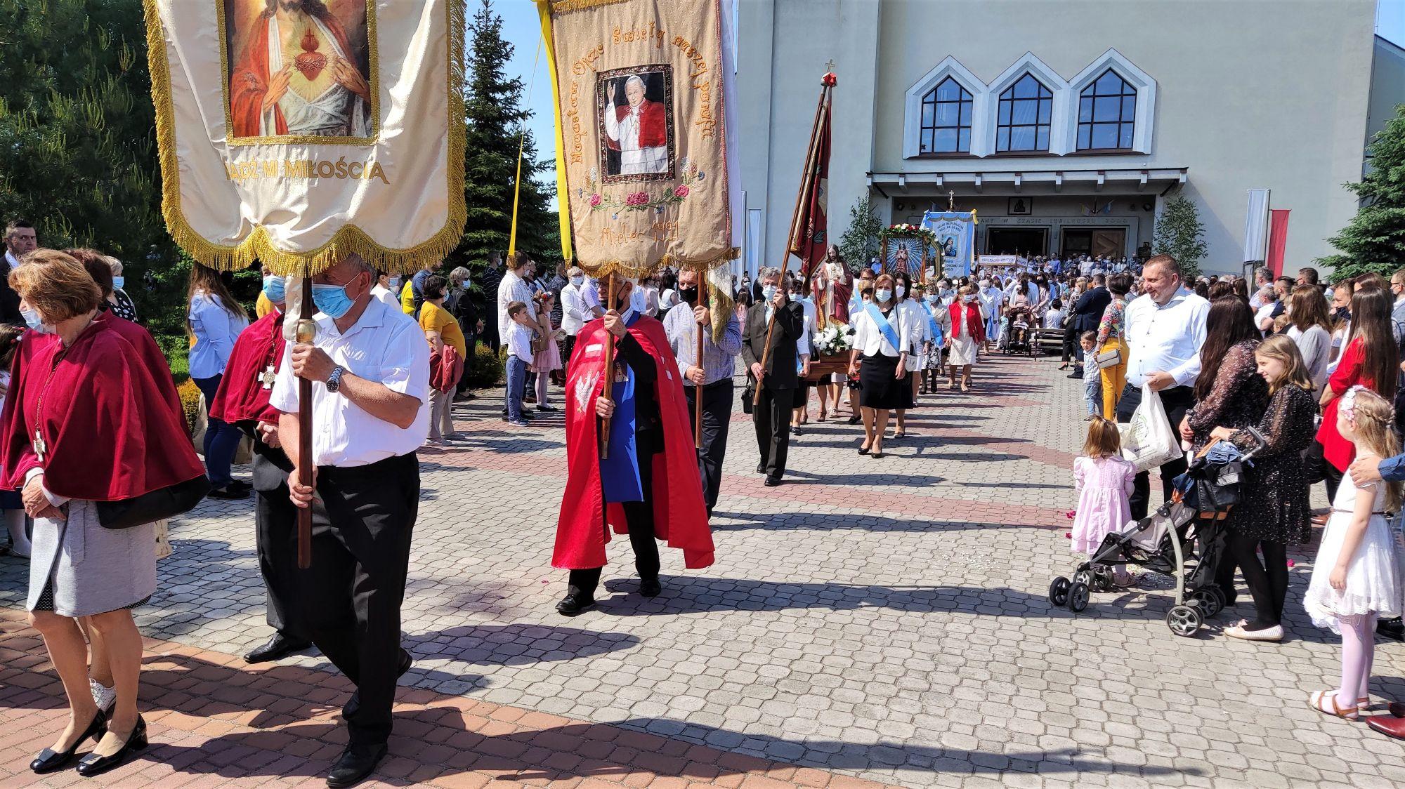 Tysiące wiernych na mieleckich ulicach [ZDJĘCIA, FILM] - Zdjęcie główne