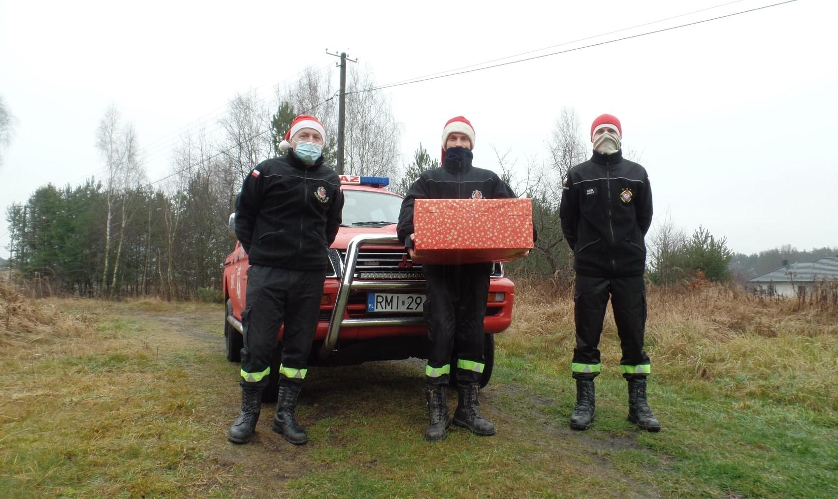 Strażacy z Radomyśla Wielkiego razem z Mikołajem rozdali prezenty [FOTO] - Zdjęcie główne