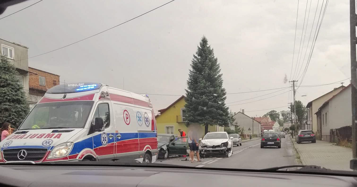 Zderzenie trzech pojazdów. Dwie osoby ranne! - Zdjęcie główne