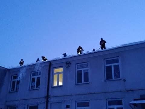 Druhowie z OSP walczą z zimą. Odśnieżali dach szkoły - Zdjęcie główne