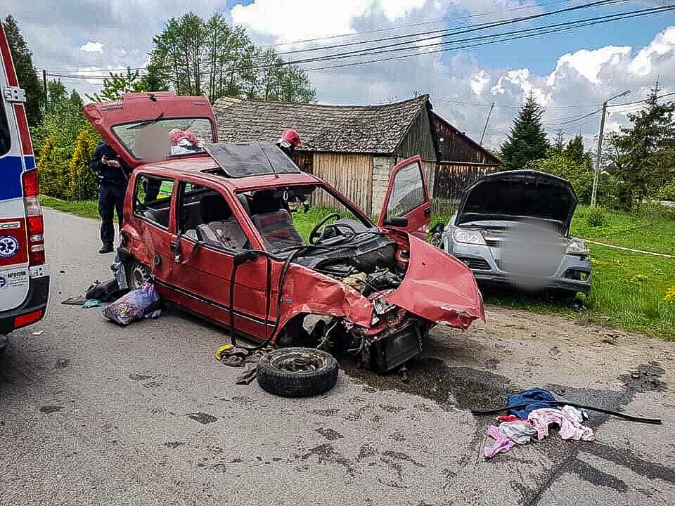 Wypadek. Kobieta i dwójka małych dzieci trafiły do szpitala - Zdjęcie główne