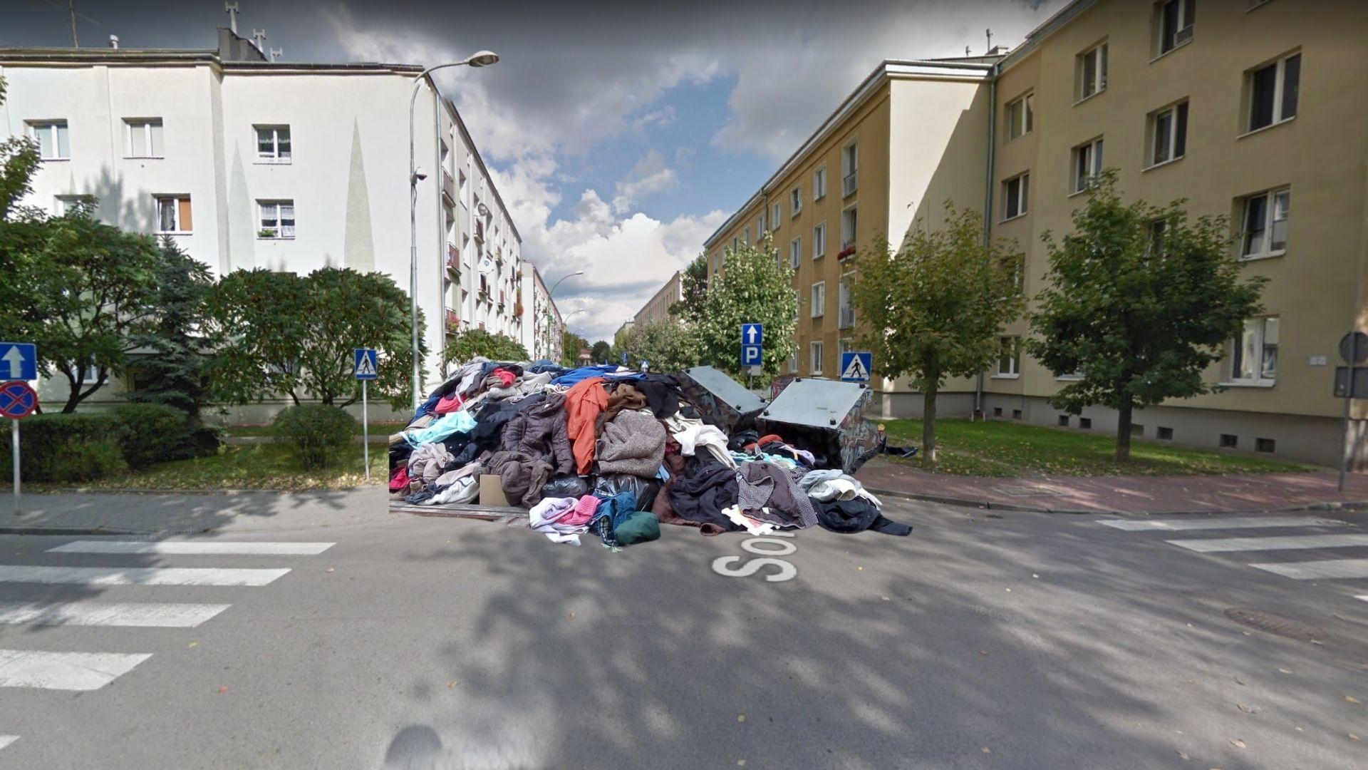 Wyrzucone ubrania i meble na środku osiedla. Co tam się wydarzyło? - Zdjęcie główne
