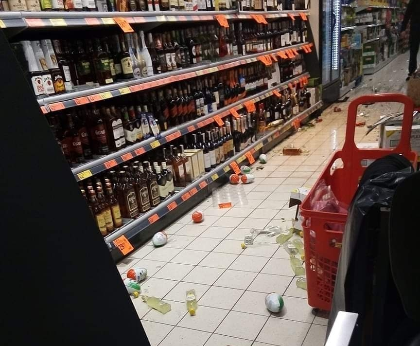 Nietrzeźwa para zdemolowała sklep. Zrzucali najdroższe alkohole - Zdjęcie główne