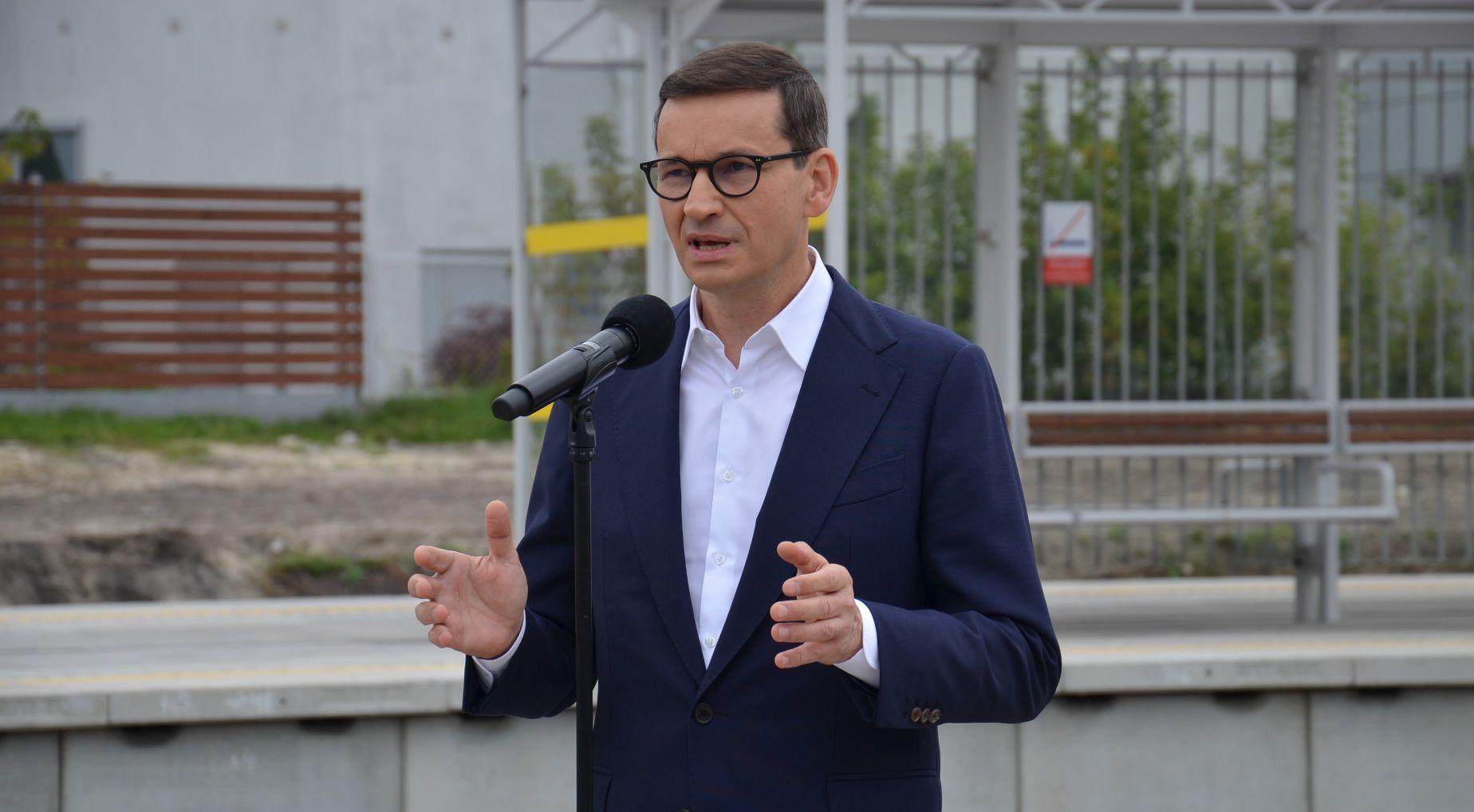 """Premier Morawiecki na dworcu PKP w Mielcu: """"Ta kolej to przywrócenie normalności"""" [ZDJĘCIA, FILM] - Zdjęcie główne"""