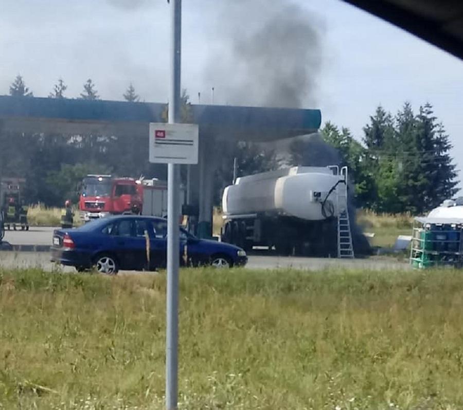 Pożar na stacji paliw w Chorzelowie. Jedna osoba trafiła do szpitala! - Zdjęcie główne