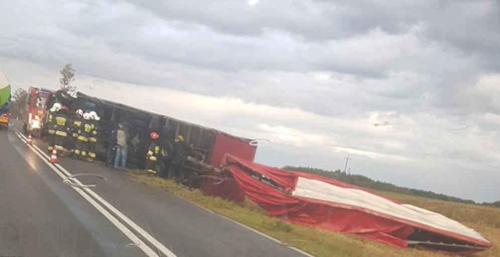 Przewrócona ciężarówka na jezdni - Zdjęcie główne