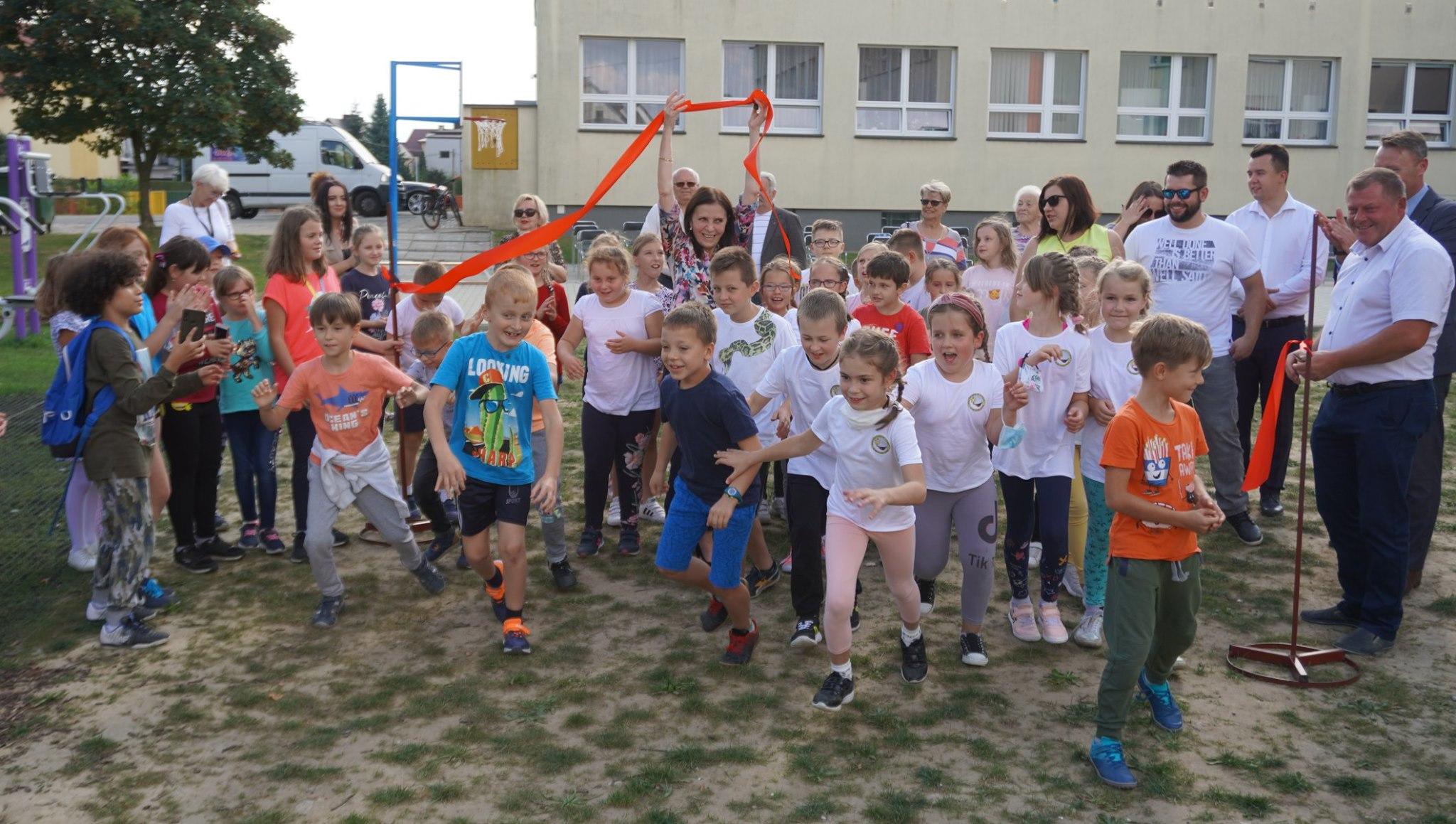 """Plac zabaw przy """"trzynastce"""" należy do dzieci. Otwarcie i występy artystyczne [FOTO] - Zdjęcie główne"""