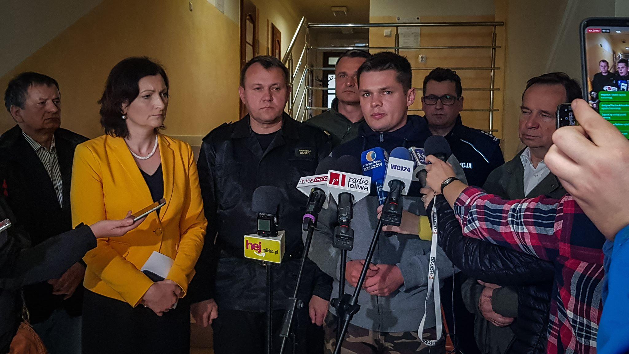 """[AKTUALIZACJA] Wojewoda Podkarpacki: """"Sytuacja w Gminie Wadowice Górne stabilna! Ewakuowani w bardzo dobrym stanie"""" [VIDEO] - Zdjęcie główne"""
