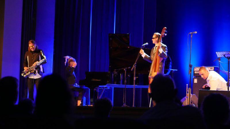 Na początek festiwalu: Muzyka jazzowa w wydaniu Wojtka Mazolewskiego z zespołem [FOTO] - Zdjęcie główne