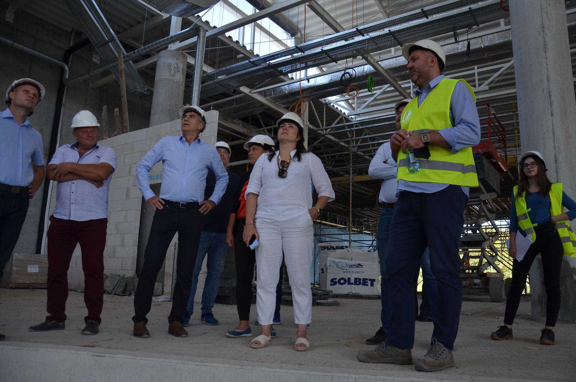 Hala sportowa w Mielcu coraz bliżej. Radni odwiedzili budowę [ZDJĘCIA] - Zdjęcie główne