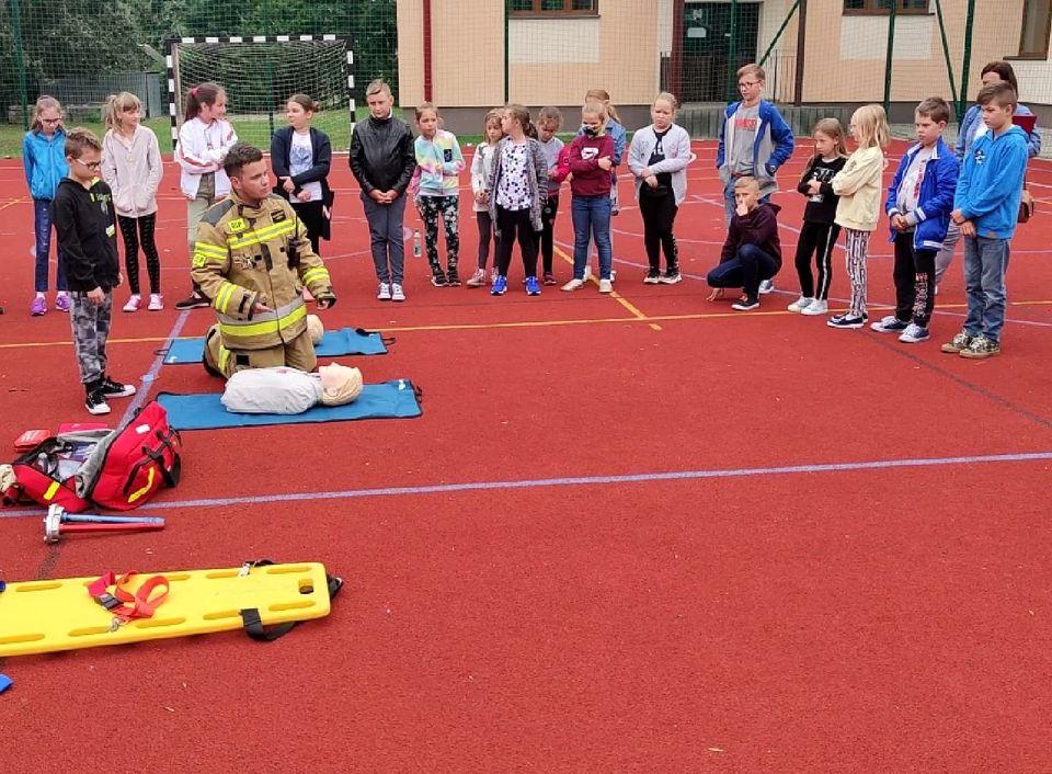 Strażacy uczyli dzieci udzielania pierwszej pomocy [FOTO, VIDEO] - Zdjęcie główne