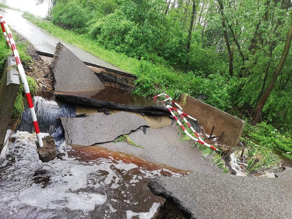 Gmina Mielec: Woda przerywa drogę w Książnicach - Zdjęcie główne
