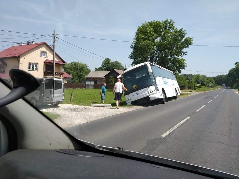 Z OSTATNIEJ CHWILI: W Piątkowcu autobus wylądował w rowie! - Zdjęcie główne