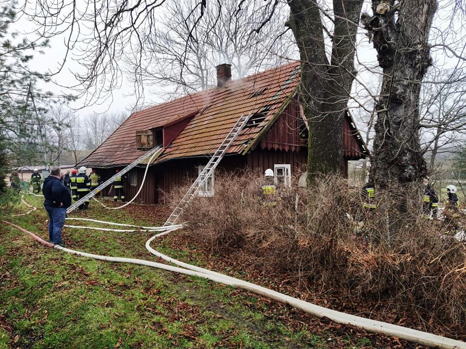 Pożar drewnianego domu. Jedna osoba ranna - Zdjęcie główne