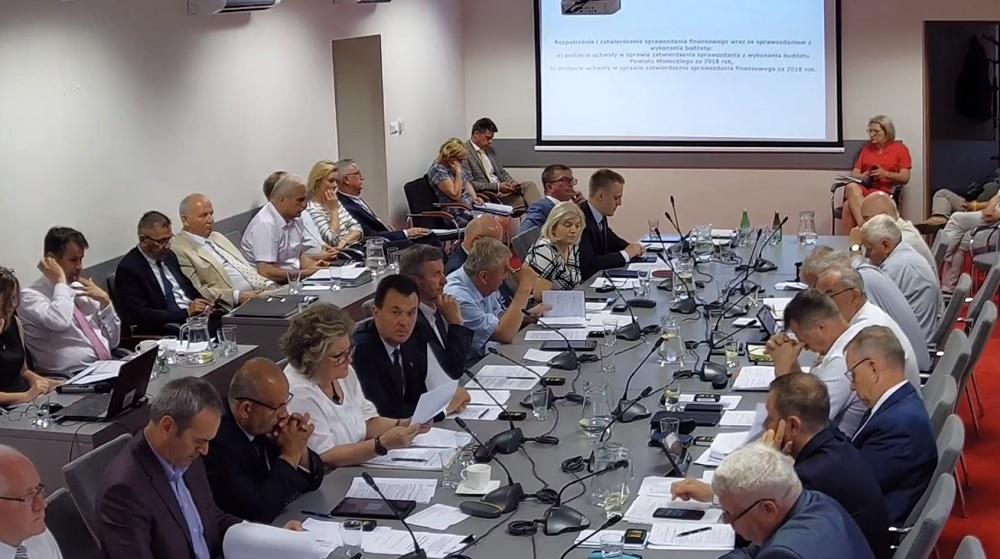"""Dziś radni powiatowi będą rozmawiać o ideologii LGBT! Zbigniew Tymuła uważa, że """"to ważna kwestia dla mieszkańców powiatu"""" - Zdjęcie główne"""