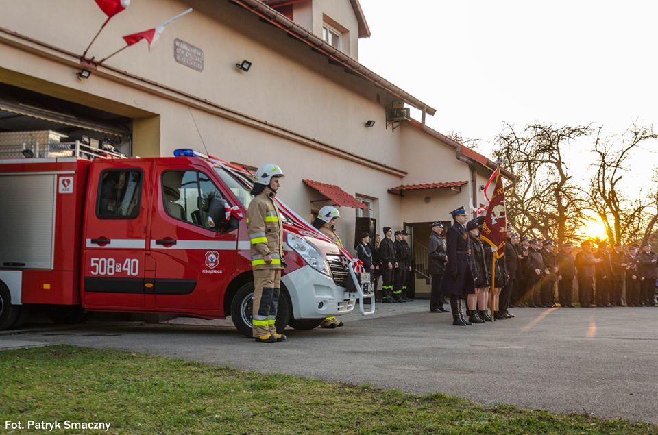 Uroczyste poświęcenie oraz przekazanie nowego samochodu strażackiego dla OSP Książnice [FOTO] - Zdjęcie główne