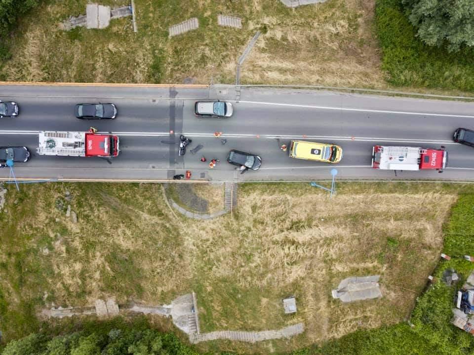 Motocykl i samochód. Zderzenie na moście - Zdjęcie główne