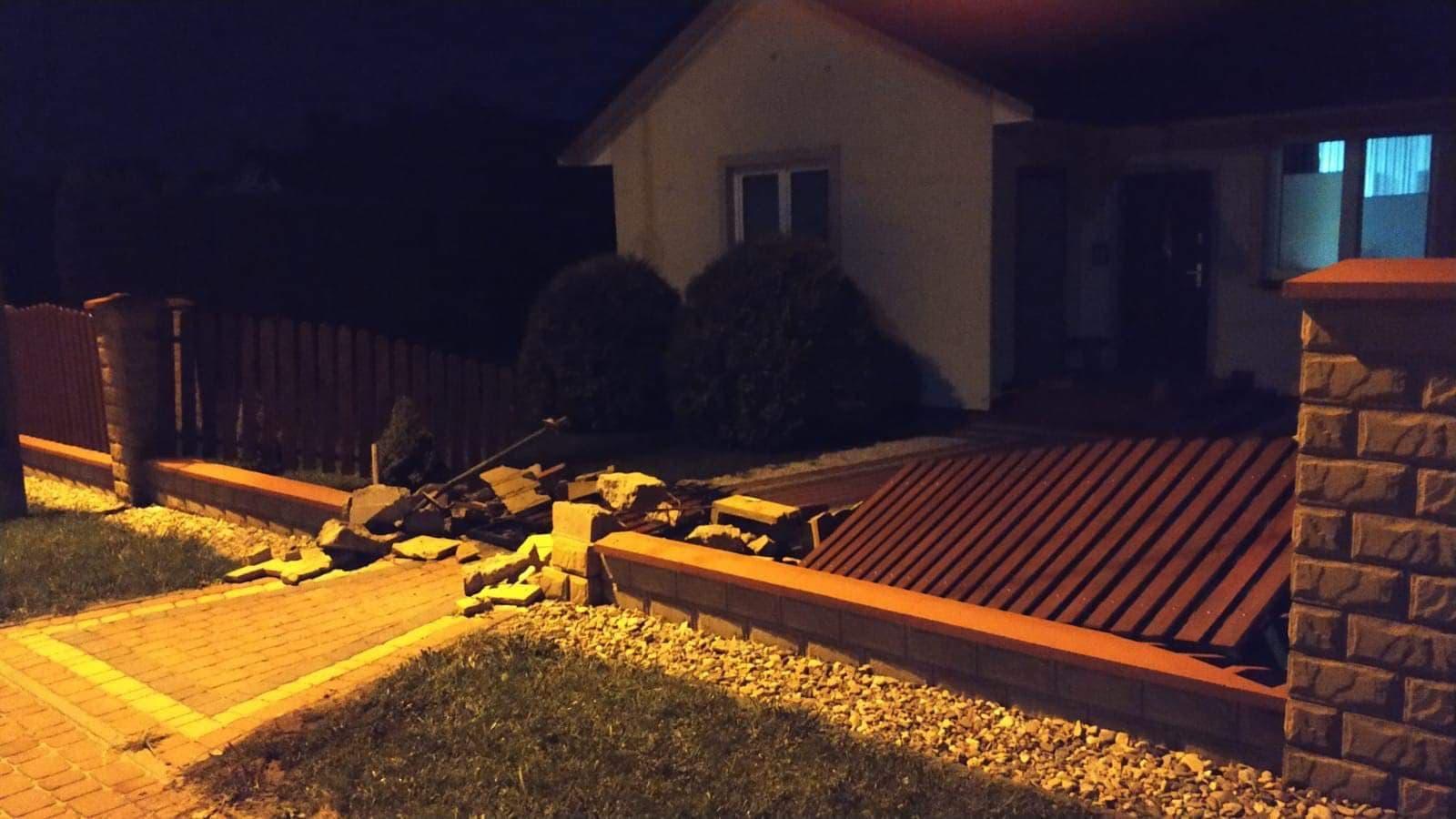 Policyjny pościg w gminie Połaniec. Kierowca uderzył w ogrodzenie posesji, był pijany! - Zdjęcie główne