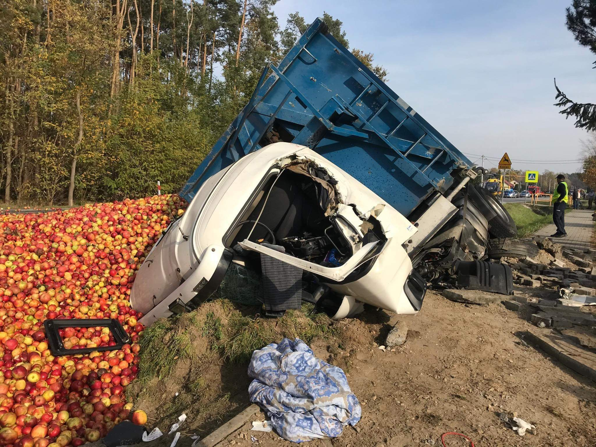 Zderzenie dwóch samochodów, jabłka na drodze!  - Zdjęcie główne