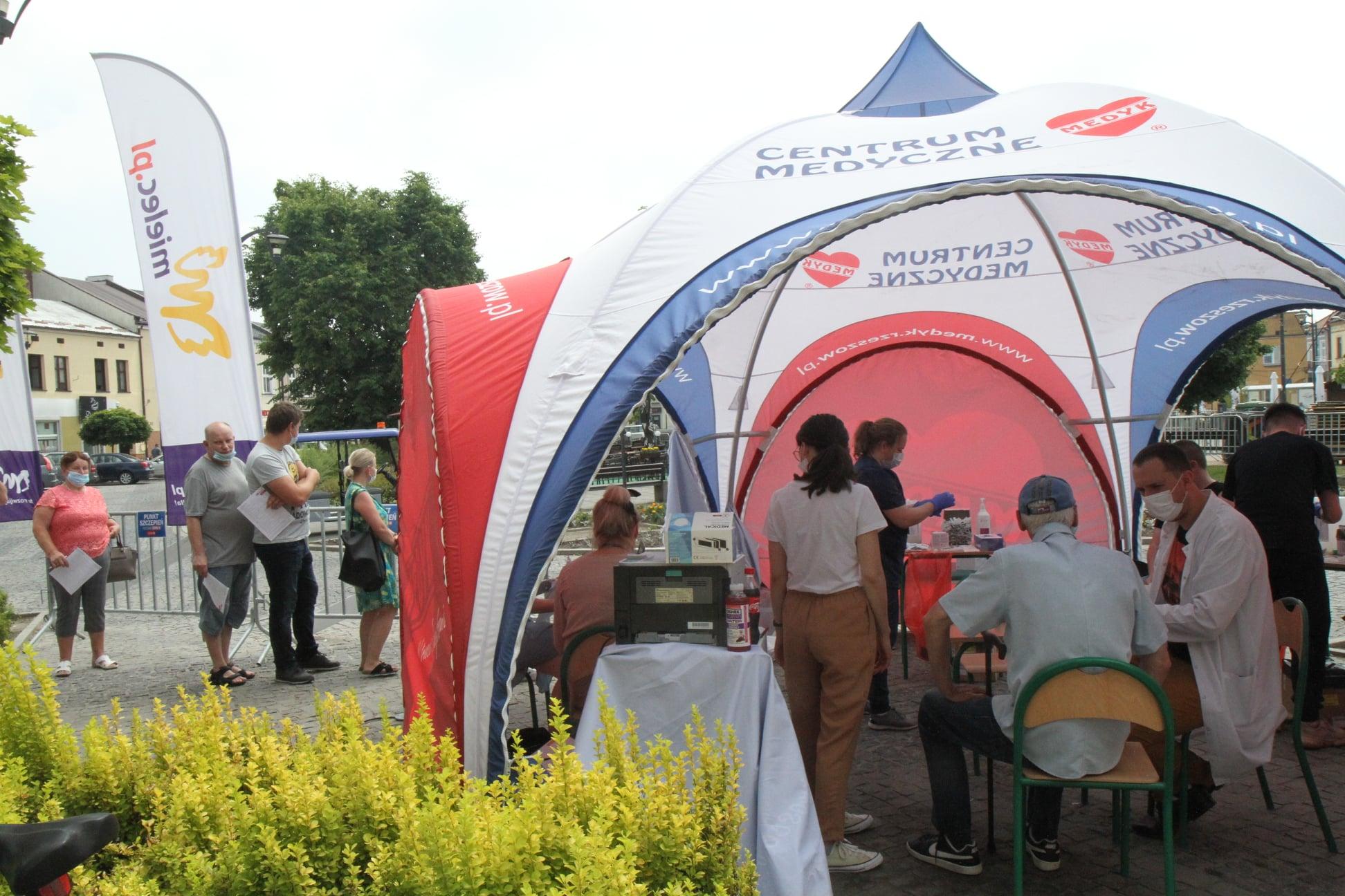 Rusza specjalna akcja szczepień w strefie kibica w Mielcu - Zdjęcie główne