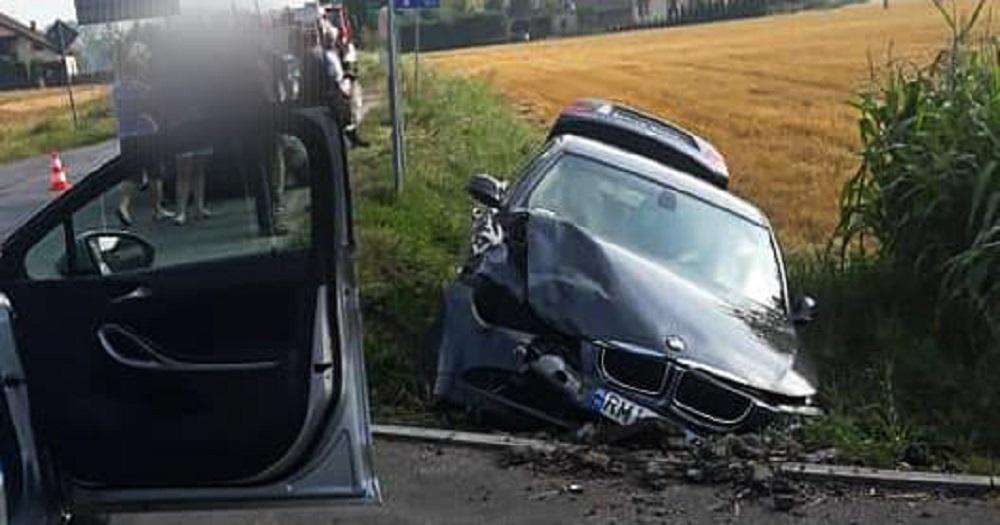 Kolizja dwóch aut. BMW wylądowało w rowie - Zdjęcie główne