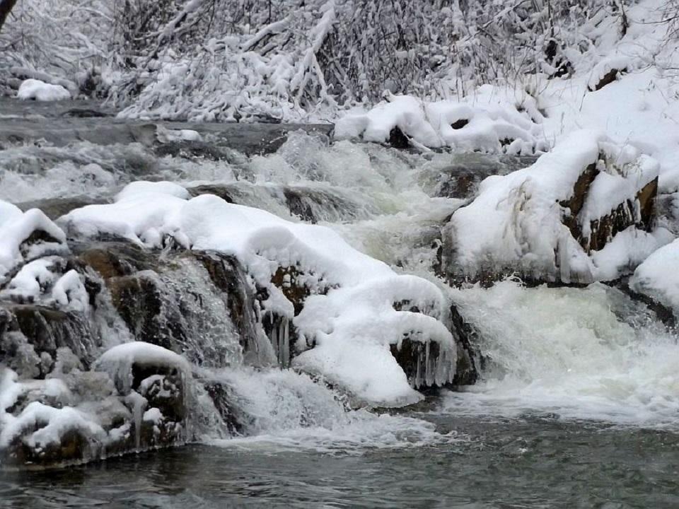 Podkarpackie.  Wodospad w śnieżnej czapie - Zdjęcie główne