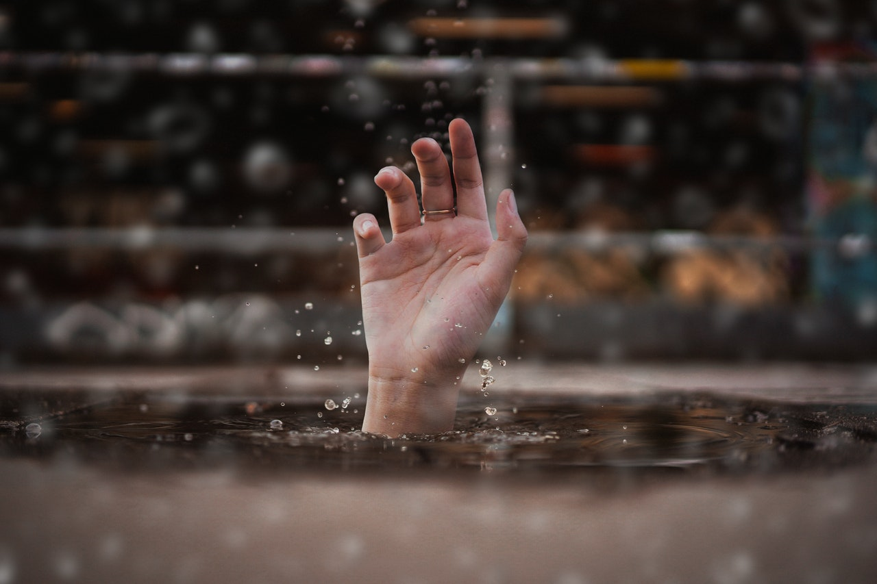 Region. Młody mężczyzna utonął w rzece próbując ją przepłynąć - Zdjęcie główne